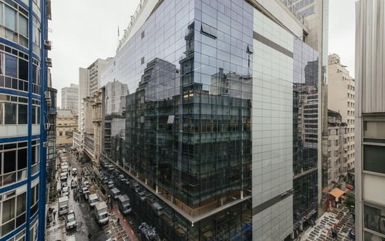 A fachada do Sesc 24 de Maio. As paredes de vidro do prédio espelham o centro da cidade (Foto: Felipe Redondo)
