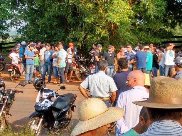 Grupo pede resposta sobre o paradeiro dos dois jovens desaparecidos (Foto: Alzira Reis de Oliveira/Arquivo pessoal)