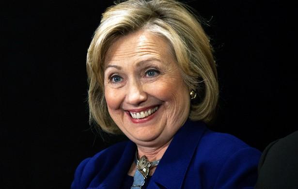 De acordo com o livro 'The Choice', do repórter Bob Woodward, em 1995 a então primeira-dama dos EUA, Hillary Clinton, chamou uma líder espiritual à Casa Branca e, em uma sessão mediúnica, teria contatado o espírito de Eleanor Roosevelt, primeira-dama dos EUA de 1933 a 1945, para ajudar na gestão do marido, Bill Clinton. (Foto: Getty Images)