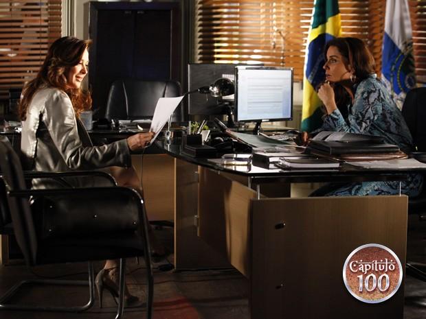 Helô mostra foto de Lívia e pede explicações (Foto: Salve Jorge/TV Globo)