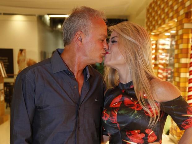 Kadu Moliterno e a namorada, Cristianne Rodrigues, em pré-estreia de filme no Rio (Foto: Felipe Assumpção/ Ag. News)