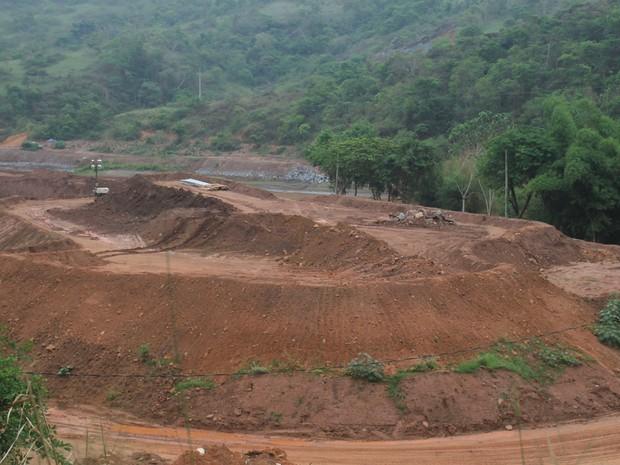 Monte de lama retirada de Barra Longa e depositada pela Samarco as margens do Rio do Carmo, em Barra Longa (Foto: Wagner Santos/G1)