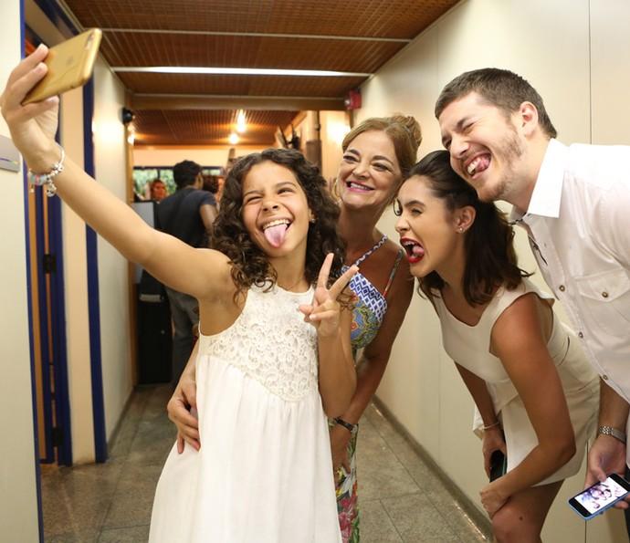 Selfies e caretas! Os atores registram TUDO no dia da despedida de seus personagens (Foto: Carol Caminha/Gshow)
