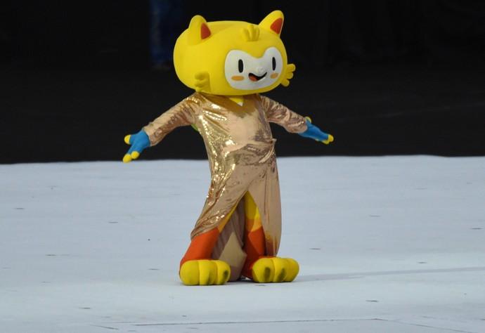 mascote Vinicius imita Gisele Bundchen na abertura da Paralimpíada (Foto: André Durão)