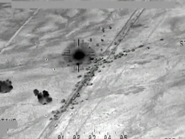 Vídeo mostra ataque aéreo contra comboio do Estado Islâmico no Iraque (Foto: BBC)