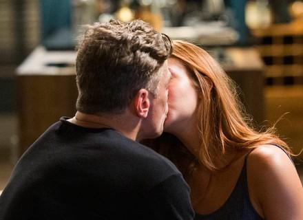 Arthur beija Eliza de surpresa e ela o compara a Jonatas: 'Não chega nem aos pés'