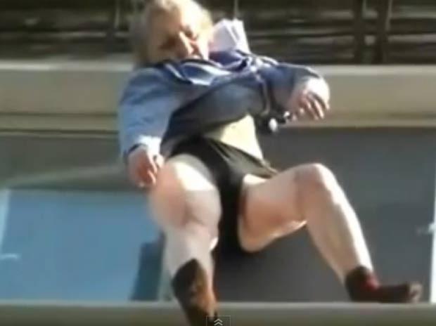 Mulher caiu do varanda, mas ficou pendurada pelo vestido. (Foto: Reprodução)