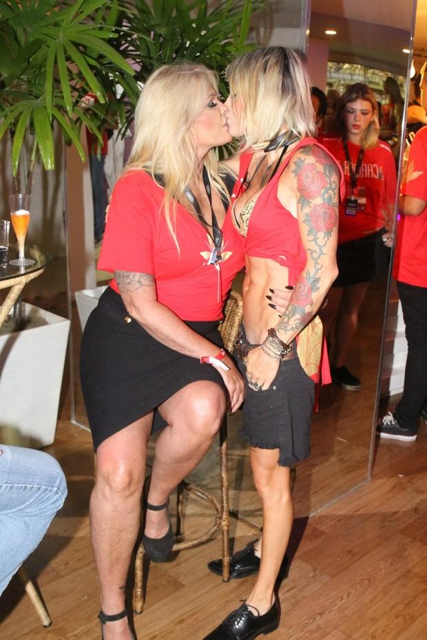 Monique Evans beija a namorada (Foto: Daniel Delmiro/AgNews - Agnews)