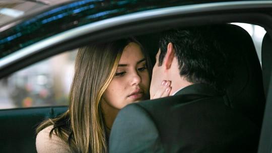 Luíza se arrisca para ajudar Eric e rola beijo apaixonado
