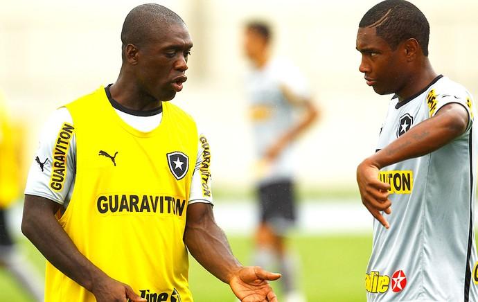 Seedorf e Vitinho no treino do Botafogo (Foto: Jorge William / Ag. O Globo)