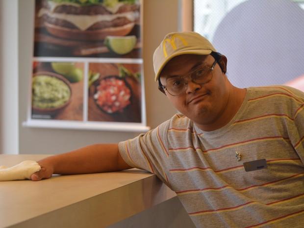 Ernani Alvim de Jesus, de Mogi das Cruzes, trabalha há três anos em uma lanchonete de fast food e tem o sonho de ser gerente da loja (Foto: Jamile Santana/G1)