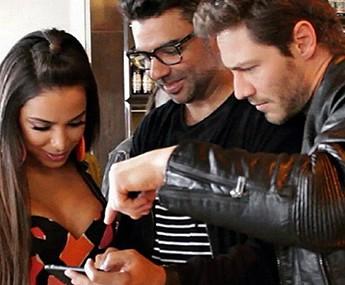 André confere gravação ao lado de Anitta e diretor (Foto: Reprodução)