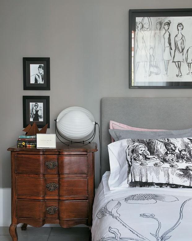 apartamento-duplex-Fernanda-Pessoa-de-Queiroz-criado-mudo-quadro-quarto (Foto: Denilson Machado/MCA Estúdio/Editora Globo)