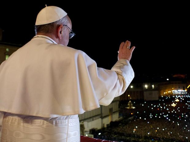 13 de março - Foto divulgada pelo Vaticano mostra o Papa Francisco acenando para a multidão de fiéis na Praça São Pedro (Foto: L'Osservatore Romano/AFP)