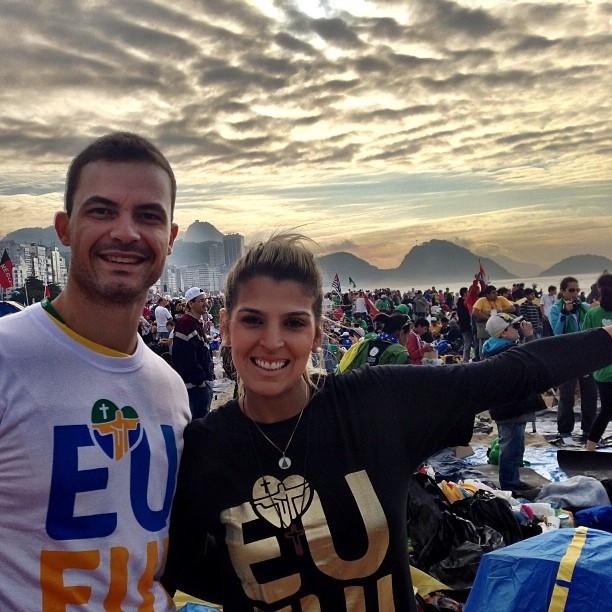 Mari Paraíba aparece com camisa da JMJ em Copacabana com Riad (Foto: Reprodução)