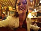 Top Bárbara Fialho toca violão nos bastidores de editorial de moda