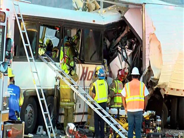 Bombeiros trabalham no acidente entre um ônibus e uma carreta perto de Palm Springs, nos EUA (Foto: KESQ NewsChannel 3/CBS Local 2 via AP)