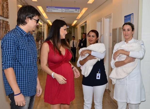 Natália Guimarães Sai da Maternidade São Luiz com as Gêmeas Kiara e Maya Vestida de Zazou Moda Gestante