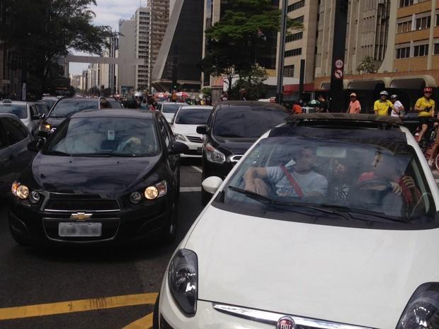 SÃO PAULO: Motoristas que seguiam pela Avenida Paulista desviam o caminho por causa de bloqueio de manifestantes em frente ao Masp. (Foto: Gabriela Gonçalves/G1)