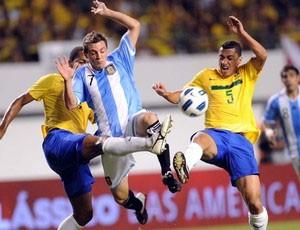 Jogadores disputam bola no Superclássico das Américas de 2011 (Foto: AFP)