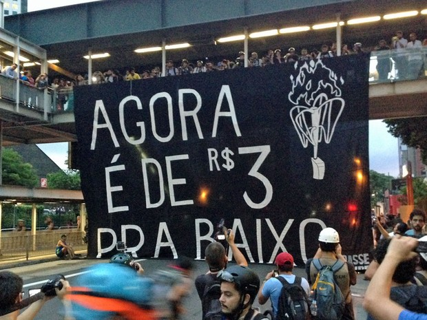 Faixa gigante MPL manifestação (Foto: Marcelo Mora/G1)