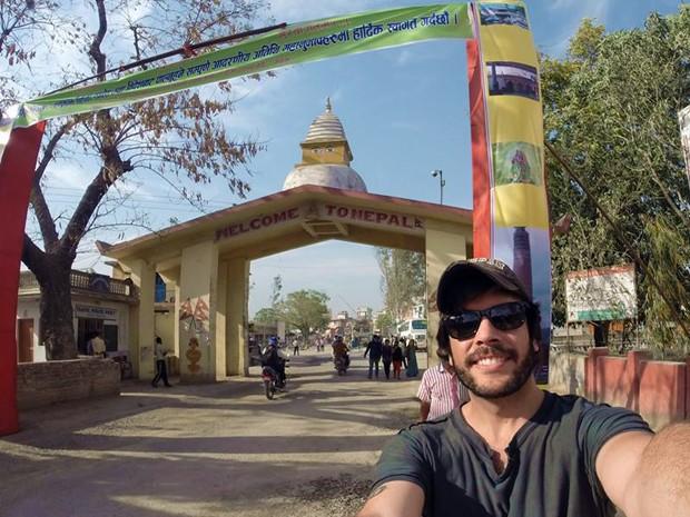O viajante Mayke Moraes na fronteira entre a Índia e o Nepal (Foto: Arquivo Pessoal)