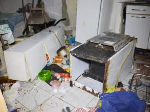 Vizinhos quebraram os pertences dentro da casa do suspeito, em João Pessoa (Foto: Walter Paparazzo/G1)
