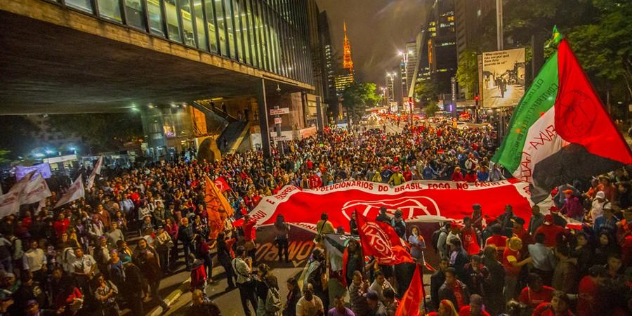 Manifestantes ligados a movimentos sociais e organizações de esquerda realizam um protesto contra o governo do presidente em exercício Michel Teme (Foto: Cris Faga / Fox Press Photo / Agência O Globo)