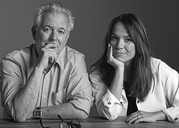 """O fotógrafo Jr. Duran, que assina o ensaio de moda """"A Festa É Delas"""", e Marina Caruso, diretora de redação de Marie Claire (Foto: Reprodução)"""