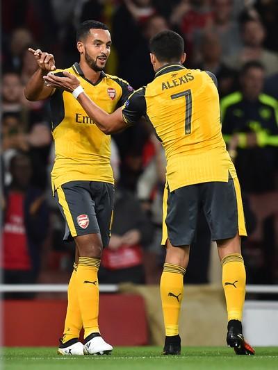 Walcott Sanchez Arsenal x Basel (Foto: AFP)