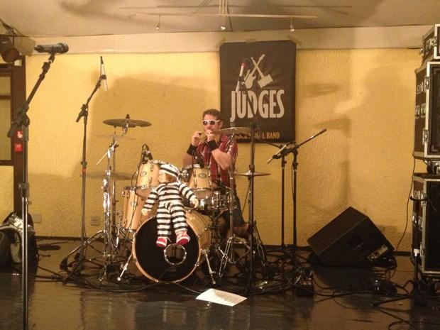 """Baterista da banda """"Judges"""" se prepara para apresentação na festa de posse de Luís Roberto Barroso no STF (Foto: Mariana Oliveira/G1)"""