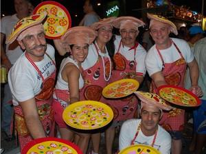 Para lembrar que no Brasil 'tudo acaba em pizza' amigos paraibanos se fantasiaram de pizzaiolos (Foto: Frederico Martins/G1)