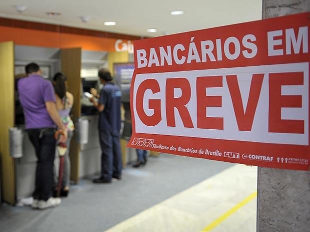Clientes de banco usam caixa eletrônico em Brasília nesta terça-feira (11), no 14º dia da greve nacional dos bancos. Segundo a Confederação Nacional dos Trabalhadores do Ramo Financeiro (Contraf), 9.090 unidades não funcionaram nesta terça em todo o país. (Foto: Renato Araújo/ABr)
