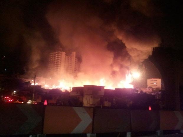 Fogo destrói barracos na Rua Vicente Leporace (Foto: Megui Donadoni/G1)