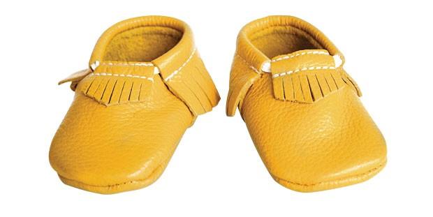 1. Passo suave | Médica por formação, Giuliana Ribas descobriu um talento artístico nos sapatos para bebês. Feito à mão por artesãos do Rio Grande do Sul, são fabricados de couro com sola flexível do mesmo material. Além de lindos, são um conforto só para (Foto: Divulgação)