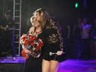 Alinne Rosa faz homenagem à mãe durante show na Bahia
