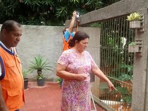 Moradora mostra água chegando em quintal, em Colatina, no Espírito Santo (Foto: Raquel Lopes/ A Gazeta)