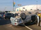 Motorista se fere após carro capotar na Av. Constantino Nery em Manaus