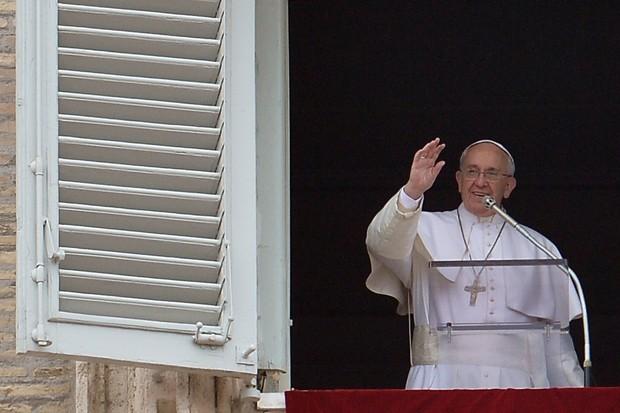 Papa Francisco fala com fiéis na Praça São Pedro durante a oração Angelus, deste domingo (22)  (Foto: AFP Photo/Tiziana Fabi)