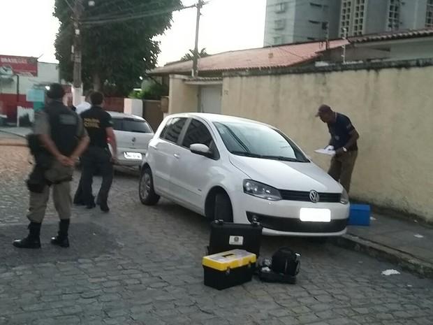 Veículo Fox, de cor branca, que dava apoio aos criminosos foi encontrado pela polícia. (Foto: André Feijó/TV Gazeta)