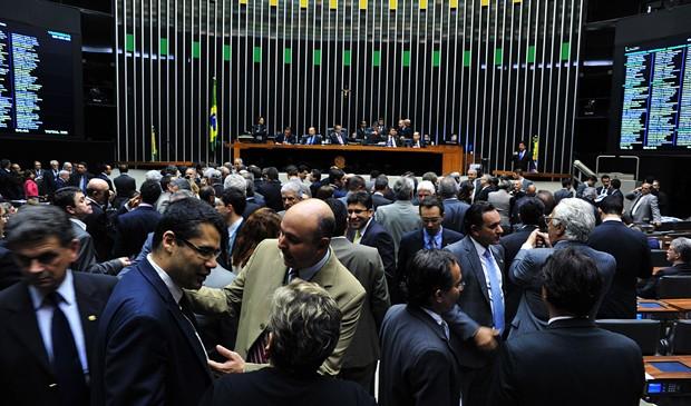 Deputados no plenário da Câmara durante a votação da MP dos Portos, quando foram coletadas assinaturas para criação da CPI dos Petrobras (Foto: Zeca Ribeiro/Ag. Câmara)