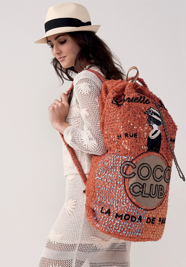 Chapéu (a partir de R$ 5.690), tricô (a partir de R$ 18.570), vestido (a partir de R$ 19.555) e mochila (a partir de R$ 29.650), tudo Chanel (Foto:  Denny Sach e Divulgação)