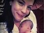 Liv Tyler posta foto com filha recém-nascida em rede social