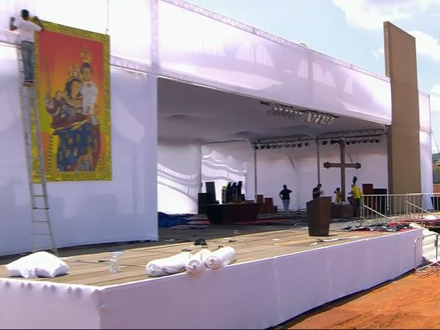 Palco para cerimônia de beatificação de Padre Victor já está montado em Três Pontas (Foto: Reprodução EPTV)