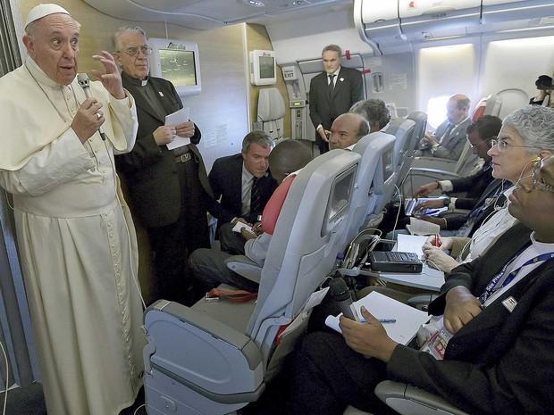 Papa Francisco já dentro de avião que o levará de volta a Roma (Foto: Daniel Dal Zennaro / Reuters)