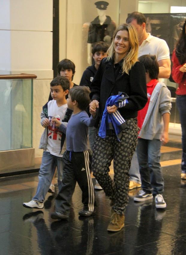 Carolina Dieckmann passeia com o filho José em shopping  do Rio (Foto: Daniel Belmiro/Agnews)