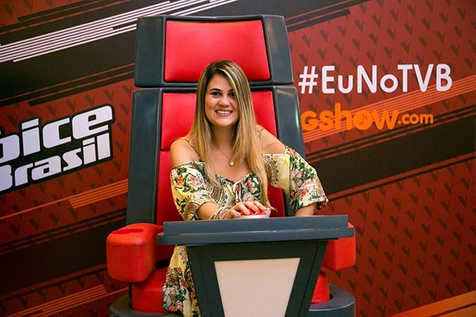Fã garante sua selfie na famosa poltrona do The Voice (Foto: Isabella Pinheiro / Gshow)