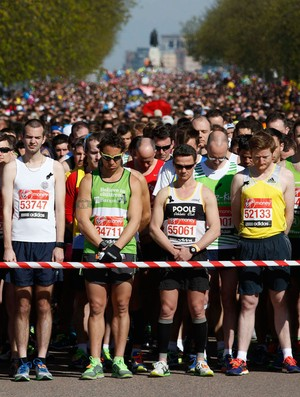 Um minuto de silêncio antes do início da maratona de Londres (Foto: Agência Reuters)