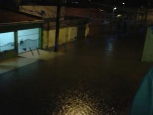 Rua Luiz Cúrcio Cabral, em Dix-Sept Rosado, ficou alagada com as chuvas em Natal (Foto: Edilene Castro)