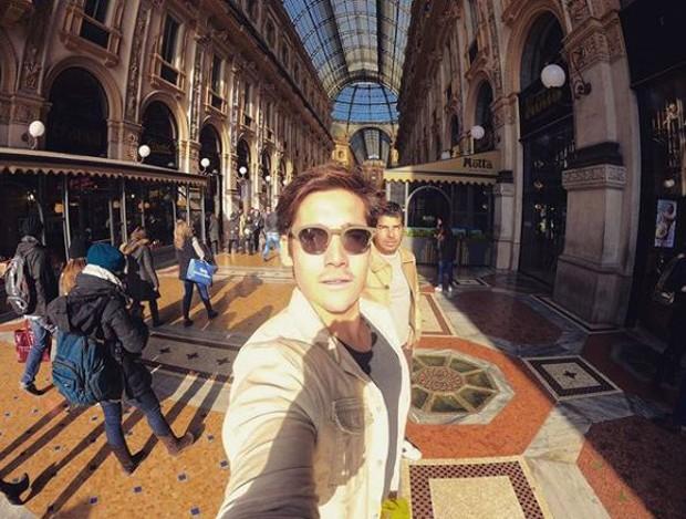 Nicolas Prattes passeando por Milão, na Itália (Foto: Divulgação)